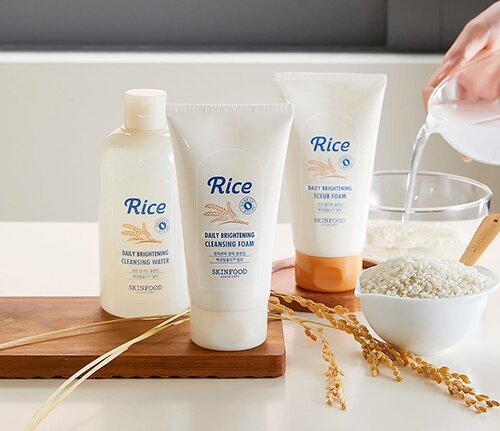 sua-rua-mat-gao-skinfood-rice-brightening-cleansing-foam